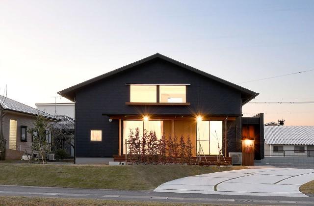 姶良市西餅田にて「外壁のデザインにもこだわった三角屋根の家」の暮らしの見学会【3/22】