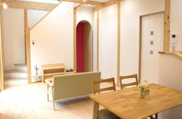 感動 2階天井まで続く開放的な吹き抜けとロフトのある家