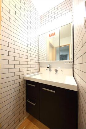 洗面所- 1階に和室のある北欧ナチュラルなお家 - 建築事例 - デザインカフェスタジオ