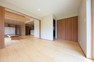 リビング - 古民家カフェのような木のぬくもりある和モダン平屋 - 建築事例 - デザインカフェスタジオ
