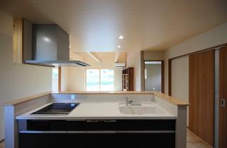 キッチン - 古民家カフェのような木のぬくもりある和モダン平屋 - 建築事例 - デザインカフェスタジオ