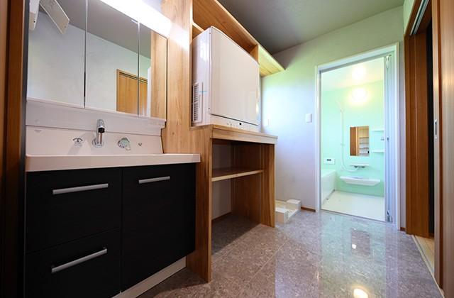 洗面所 - 古民家カフェのような木のぬくもりある和モダン平屋 - 建築事例 - デザインカフェスタジオ