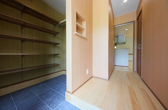 玄関 - 古民家カフェのような木のぬくもりある和モダン平屋 - 建築事例 - デザインカフェスタジオ