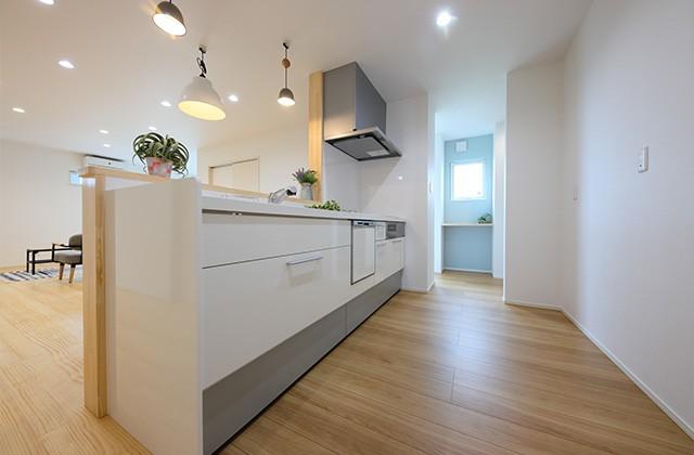 キッチン - 北欧の雰囲気を感じる優しい色あいが心地よい平屋 - 建築事例 - デザインカフェスタジオ