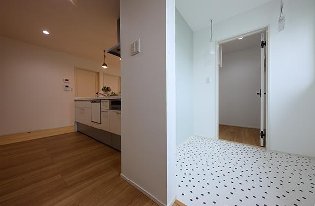 キッチン横 - 北欧の雰囲気を感じる優しい色あいが心地よい平屋 - 建築事例 - デザインカフェスタジオ