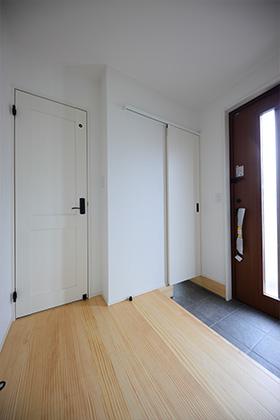 玄関 - 北欧の雰囲気を感じる優しい色あいが心地よい平屋 - 建築事例 - デザインカフェスタジオ