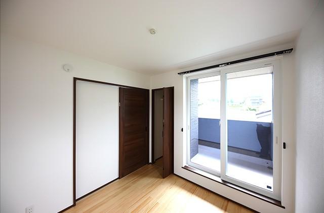 居室- 玄関〜収納〜ホールを行き来できる回遊性の高いナチュラルなお家 - 建築事例 - デザインカフェスタジオ