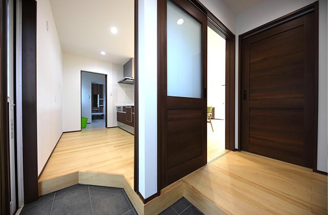 玄関- 玄関〜収納〜ホールを行き来できる回遊性の高いナチュラルなお家 - 建築事例 - デザインカフェスタジオ