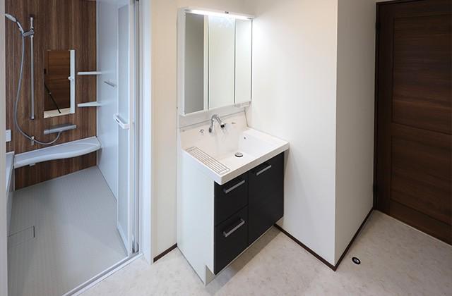 洗面脱衣室- 玄関〜収納〜ホールを行き来できる回遊性の高いナチュラルなお家 - 建築事例 - デザインカフェスタジオ