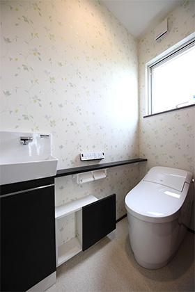 トイレ- 玄関〜収納〜ホールを行き来できる回遊性の高いナチュラルなお家 - 建築事例 - デザインカフェスタジオ