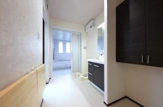 洗面脱衣室バリアフリー仕様の二世帯住宅は和風で優しいお家 - 建築事例 - デザインカフェスタジオ
