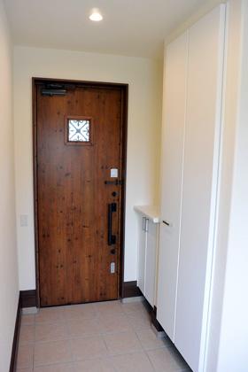 アイフルホーム - 正面の窓から採光できる明るい玄関はたくさん収納できる土間収納も