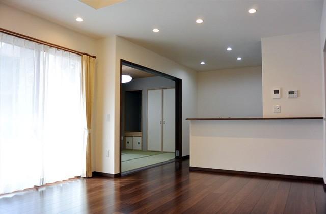 アイフルホーム - モデルハウスの間取りを参考にリビングや和室を眺められるキッチンの配置