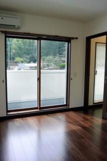 アイフルホーム - お部屋からもバルコニーに出られるように掃き出し窓を採用