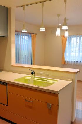 アイフルホーム - 鮮やかなオレンジで楽しい雰囲気でお料理できるシステムキッチン