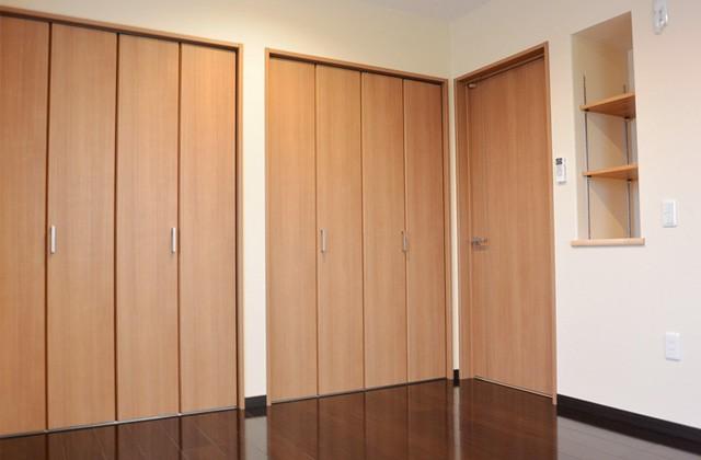 アイフルホーム - 暗めの床で落ち着いて休める寝室はクローゼット収納も豊富