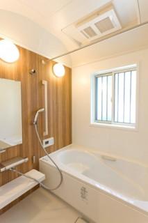 アイフルホーム 木目調を採用したお手入れしやすく機能的なバスルーム
