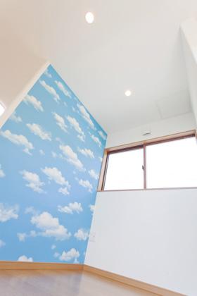 アイフルホーム 2階のファミリールームは空の壁紙でアクセント
