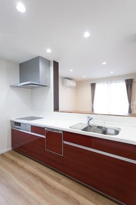 アイフルホーム 色は鮮やかなレッドが映える2850幅の広々キッチン