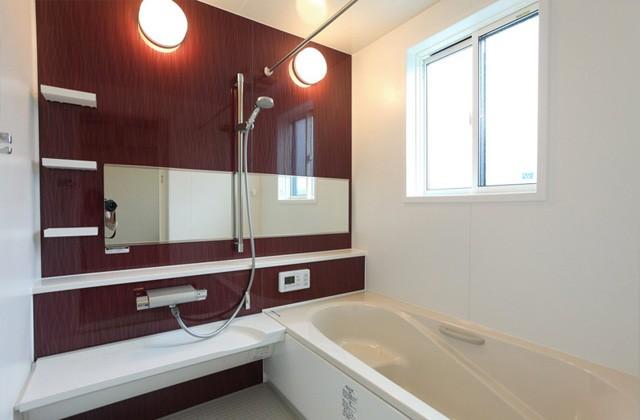 アイフルホーム 横長の大きなミラーが空間をより広く見せてくれるバスルーム