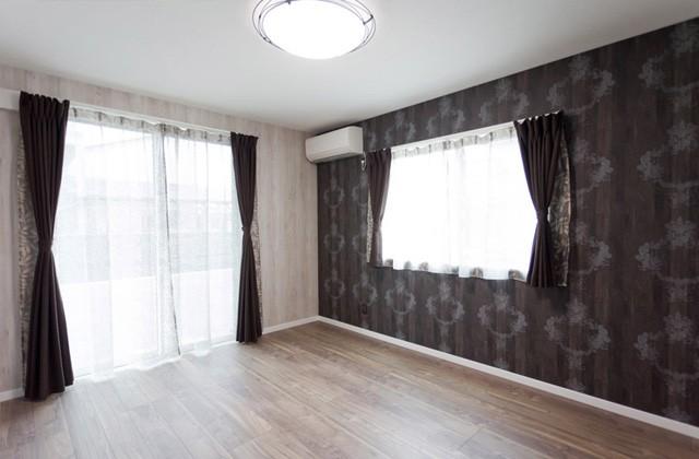 アイフルホーム ダマスク柄のクロスでシックな雰囲気に仕上げた夫婦の寝室