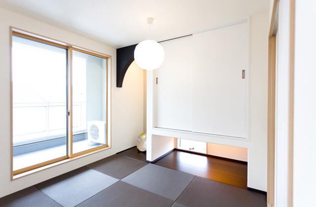 アイフルホーム 掃き出し窓と吊収納下の地窓からたくさんの光が入る和室の寝室