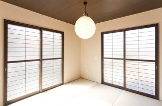 アイフルホーム 掃き出し窓が2カ所ある5.4帖の和室は天井の暗めの配色にし大人の雰囲気に
