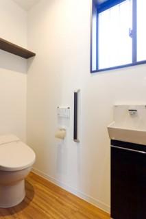 アイフルホーム 超節水タイプのタンクレスなトイレは見た目もスペースもすっきり