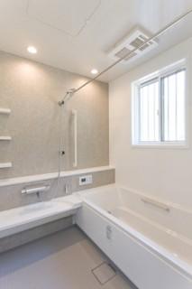 アイフルホーム ホワイト系できれいにまとめ清潔感のあるバスルーム