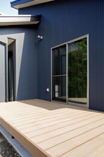 アイフルホーム 和室から出入りできるウッドデッキは現代風の縁側