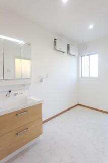 アイフルホーム 約3.6帖の洗面脱衣室は室内干しもできる広々空間