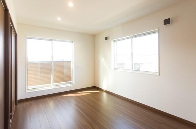 アイフルホーム 落ち着いた色で仕上げた寝室は収納も充実