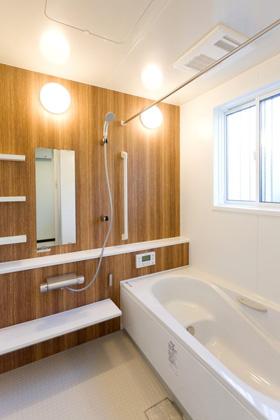 アイフルホーム 木目調をアクセントにした浴室には乾燥機付きで雨の日も安心