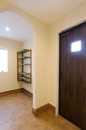 アイフルホーム 広めの玄関と土間収納にも塗壁を使用