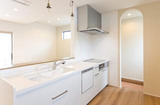アイフルホーム シンプルなキッチンと土間タイル仕上げのパントリー