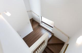 アイフルホーム 開放的な吹き抜けのある階段にはくつろげるプチ書斎