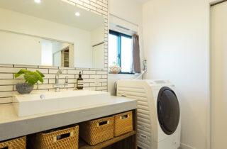 造作洗面台 - さまざまな要望を予算内で叶えたオールステンレスキッチンの平屋 - アイフルホーム - 施工事例