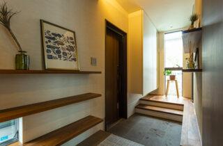 玄関 - 内装から家具までトータルにデザインした蔵のある平屋 - アイフルホーム - 建築事例
