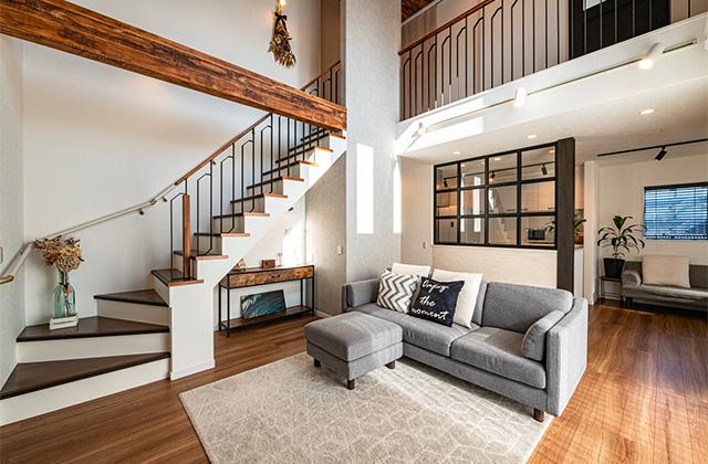 大空間リビングやカフェ風室内窓などすべてがお気に入りの2階建ての家 - アイフルホーム - 建築事例