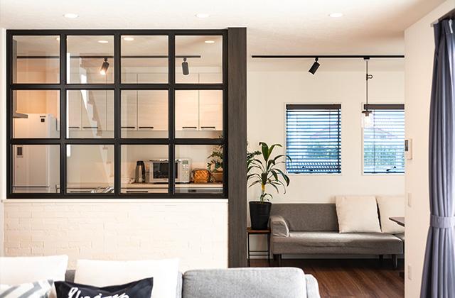 カフェ風室内窓 - 大空間リビングやカフェ風室内窓などすべてがお気に入りの2階建ての家 - アイフルホーム - 建築事例