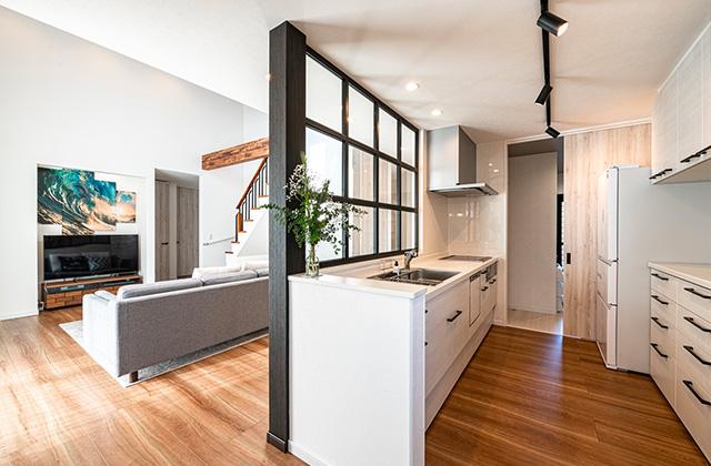 キッチン - 大空間リビングやカフェ風室内窓などすべてがお気に入りの2階建ての家 - アイフルホーム - 建築事例