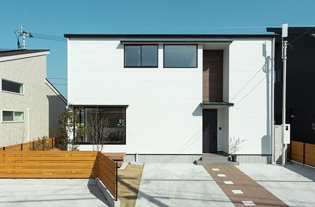 外観 - 吹抜けと大きな窓で光と風を呼び込む動線と空間が開放的に続くデザインハウス (霧島市隼人町)