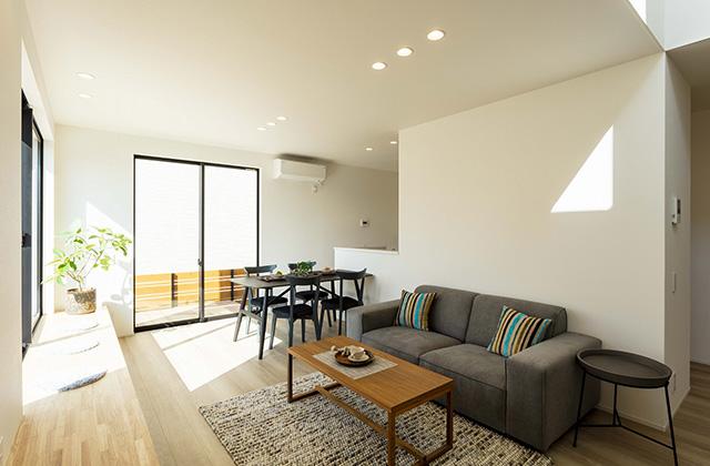 リビング - 吹抜けと大きな窓で光と風を呼び込む動線と空間が開放的に続くデザインハウス (霧島市隼人町)