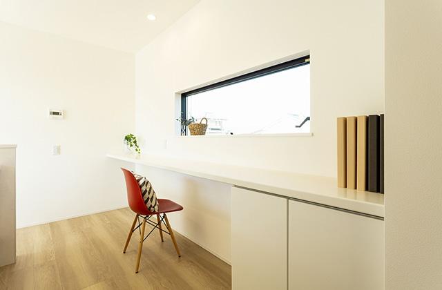 PCスペース - 吹抜けと大きな窓で光と風を呼び込む動線と空間が開放的に続くデザインハウス (霧島市隼人町)