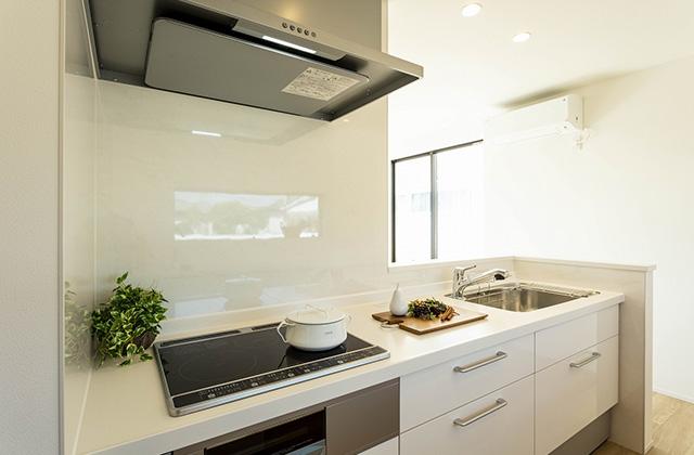 キッチン - 吹抜けと大きな窓で光と風を呼び込む動線と空間が開放的に続くデザインハウス (霧島市隼人町)