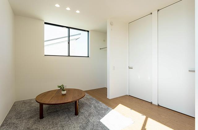 居室 - 吹抜けと大きな窓で光と風を呼び込む動線と空間が開放的に続くデザインハウス (霧島市隼人町)