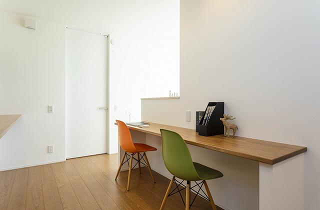 多目的スペース - 吹抜けと大きな窓で光と風を呼び込む動線と空間が開放的に続くデザインハウス (霧島市隼人町)