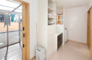 洗面室 一年を通して快適さを実現!25坪の土地に建つ48坪の店舗付き住宅