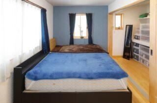 寝室 一年を通して快適さを実現!25坪の土地に建つ48坪の店舗付き住宅