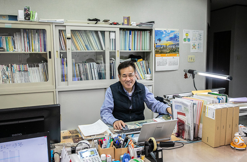 一級建築士の資格を持ち、40年近いキャリアを持つ竹下社長。社員と机を並べて仕事しているので、社長さんだと気づかれないことも……!
